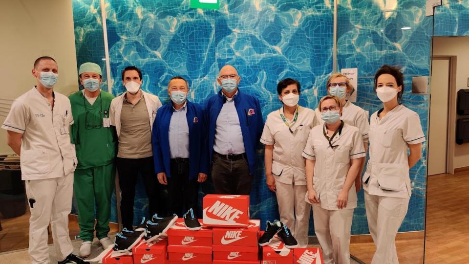 Help Brandwonden Kids schenkt Nike air schoenen aan zorgpersoneel