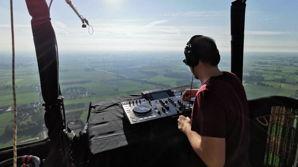 WOEFBASS speelt DJ set vanuit grootste luchtballon van België