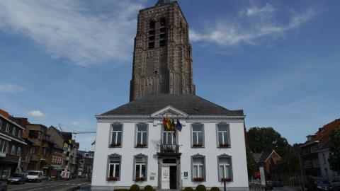 Gemeentehuis en kerk Mol